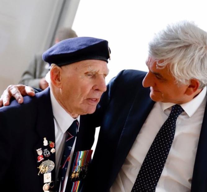 Hervé Morin a tenu à congratuler chacun des vétérans - Photo © Région Normandie