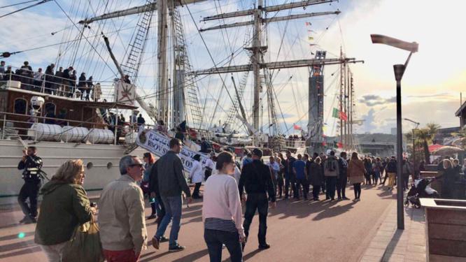 Depuis hier, et malgré la météo incertaine de ce vendredi, les visiteurs continuent d'affluer sur les quais de l'Armada - Photo @ Maxime/infonormandie