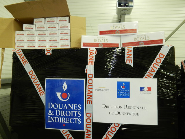 Les cartons de cigarettes étaient entassés sur des palettes protégées par un film - Photo © Douane française