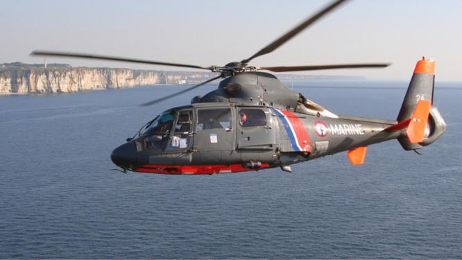Les deux promeneurs en difficulté ont été hélitreuillés par l'hélicoptère de la Marine nationale - Illustration © Marine nationale