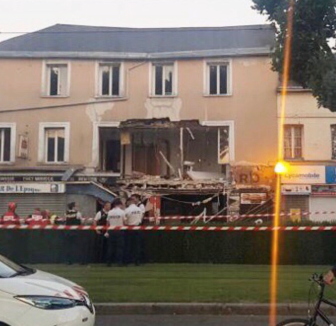 La façade du commerce et de l'appartement au premier étage s'est littéralement effondrée - Photo envoyée par un lecteur