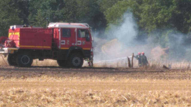 Feu de chaume à Vatteville (Eure) : les sapeurs-pompiers sont sur place