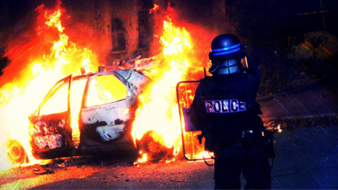 Une voiture a été incendiée rue Frédéric-Chopin, dans la zone de sécurité prioritaire du Val Fourré - Illustration © DDSP78/Twitter