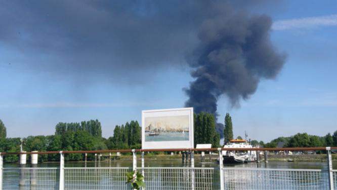 L'incendie a dégagé un impressionnant panache de fumée noire Photo @JulienD76480/Twitter