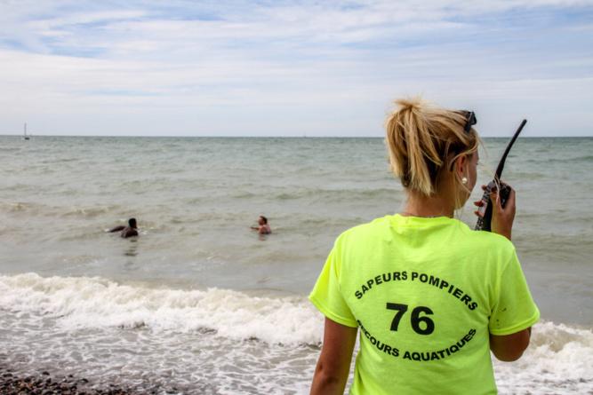 Le nageur en difficulté a été secouru in extremis par les surveillants de baignade des sapeurs-pompiers  - Illustration © SDIS76