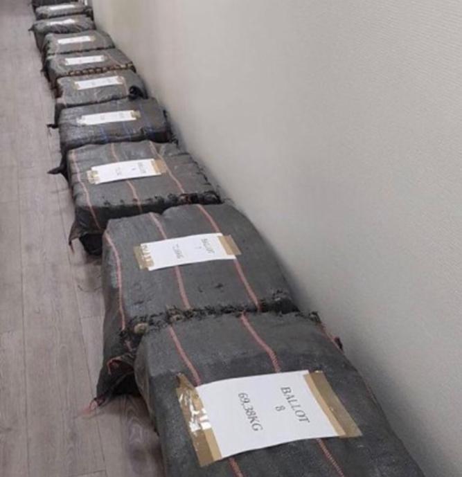 15 ballots de toile de jute renfermant la drogue avaient été introduits clandestinement selon la technique du « rip-off » - Photo @ Douane française