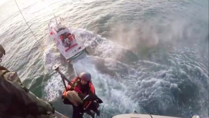 L'hélicoptère Caïman de la Marine nationale a été engagé dans l'opération de sauvetage - Photo de l'hélitreuillage d'un des plongeurs extraite de la vidéo @ Marine nationale