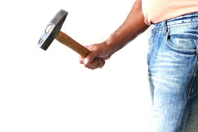 Le jeune homme a reconnu avoir fait usage du marteau mais pas de la béquille - Illustration @ Pixabay