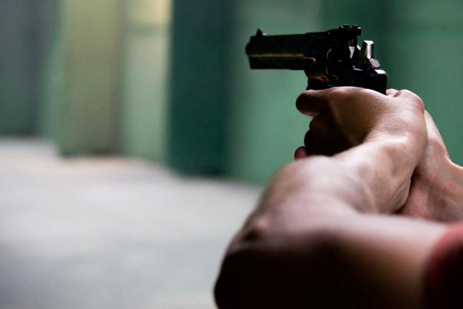 Le pistolet braqué en direction des policiers était chargé et chambré - Illustration © Pixabay