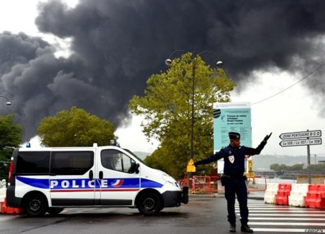 Les policiers sont mobilisés depuis le début de l'incendie pour réguler la circulation dans l'agglomération où plusieurs routes sont fermées - Photo © DDSP76/Facebook