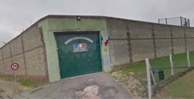 Les trois jeunes gens ont été repérés près du mur d'enceinte de la maison d'arrêt - illustration