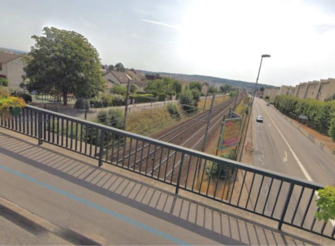 L'adolescente est passée par-dessus le parapet de ce pont, chemin des Vignes, et attendait l'arrivée du train pour sauter - illustration