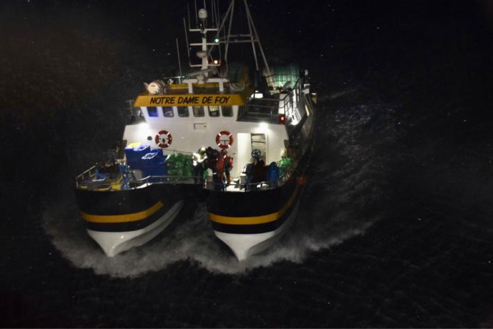 Blessé a une jambe, le marin du Notre-Dame de Foy a été pris en charge à bord de l'hélicoptère de la Marine et transporté à l'hôpital du Havre - photo @ Marine nationale