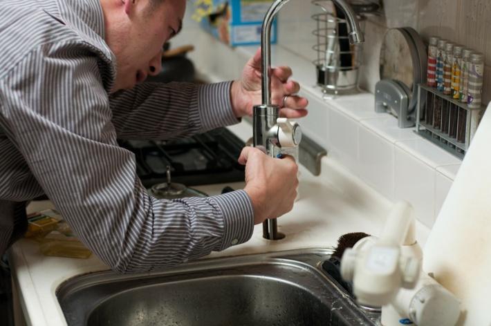 Le (faux) plombier a prétexté venir faire des travaux sur les installations - illustration © Pixabay