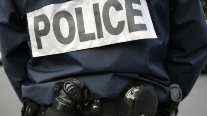 L'agent de sécurité a remis le voleur aux de la police - Illustration