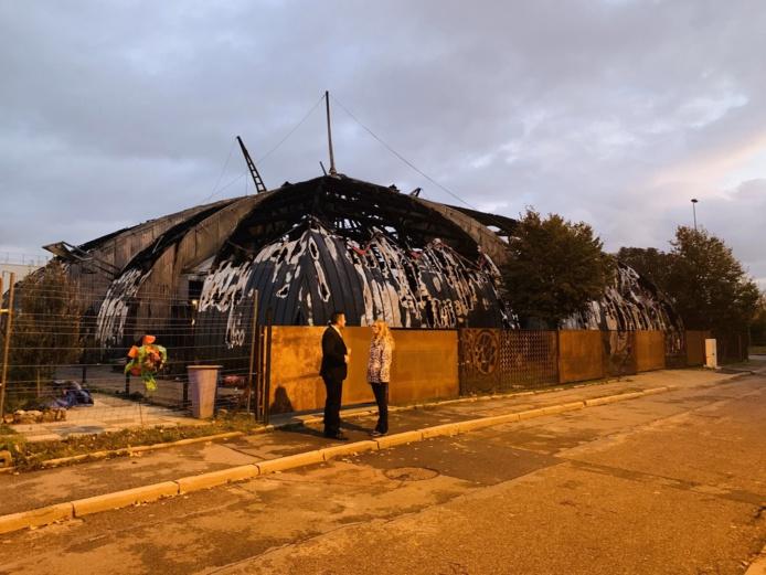 Karl Olive, le maire de Poissy, a été un des premiers à venir apporter son soutien à la maire de Chanteloup :« Nous accompagnerons Catherine Arenou pour reconstruire l'édifice au plus vite ».  Photo © Karl Olive/Twitter