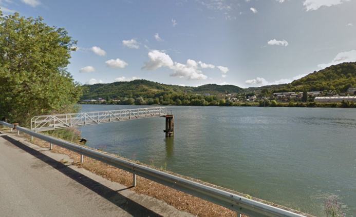 Le corps a été découvert accroché à des branchages en bordure de la rive, chemin de halage - Illustration © Google Maps