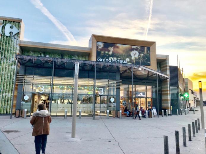 Vers 15h30, le centre commercial a rouvert ses portes après le passage des démineurs  - Photo © infoNormandie