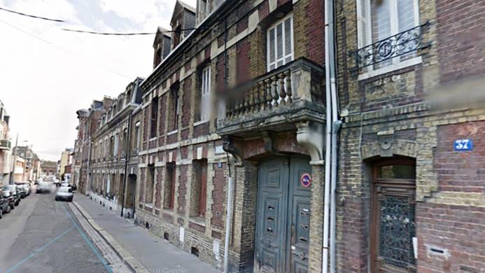 La rambarde du balcon de l'immeuble aurait cédé sous le poids des trois ouvriers  - illustration @ Google Maps