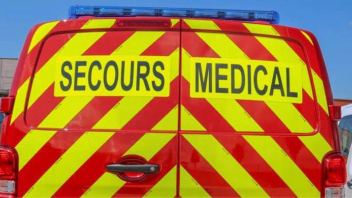 Le motard blessé a été conduit au CHU de Rouen par une ambulance des pompiers - illustration @ Sdis76