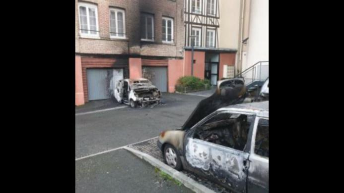 La voiture de son ex-compagnon a été détruite et deux autres endommagées - Photo © DR