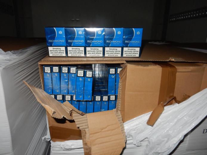 Le camion transportait vingt-deux palettes de cartons de cigarettes de marque britannique - Photo  Douane