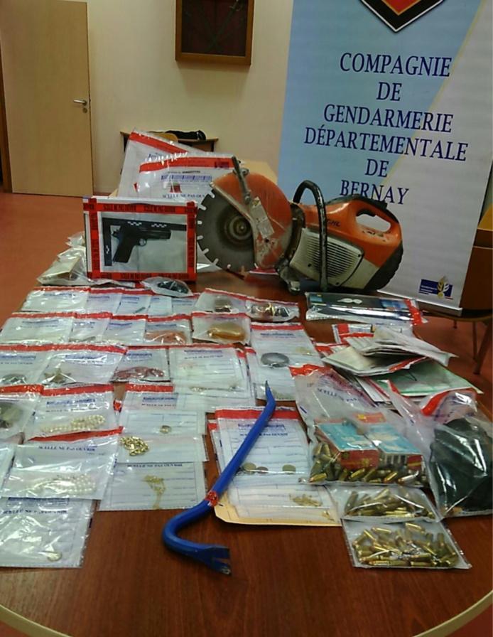 Bijoux, argent, arme de poing, munitions, gants, cagoules et le lapidaire pour découper le coffre-fort... Une partie des objets volés récupérée par les gendarmes a été restituée aux légitimes propriétaires - Photo © Gendarmerie27