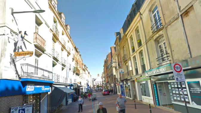 L'homme a tiré depuis la fenêtre de son appartement qui donne sur la voie piétonne (rue de la Barre) - illustration