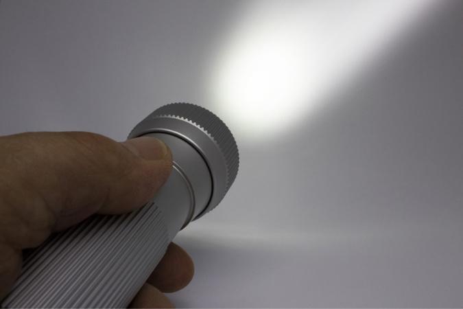 Le faisceau lumineux de la lamp torche des cambrioleurs a attiré l'attention d'un voisin - illustration @ Pixabay