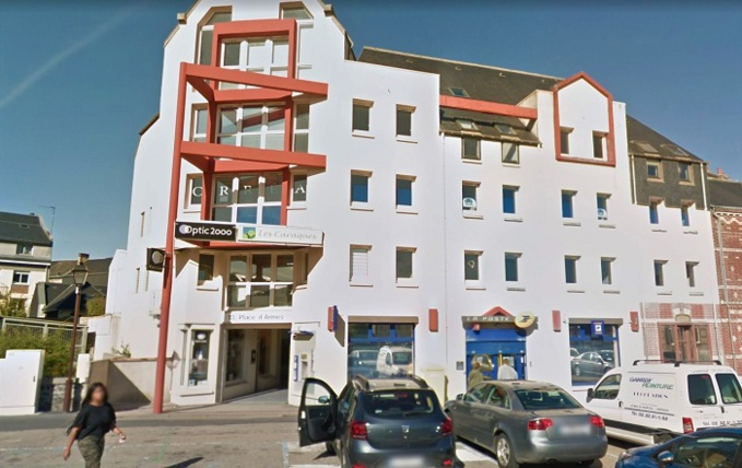 Le feu s'est déclaré apparemment dans les combles de cet immeuble qui abrite la Poste et un magasin d'optique au rez-de-chaussée et des bureaux dans les étages - Illustration © Google Maps