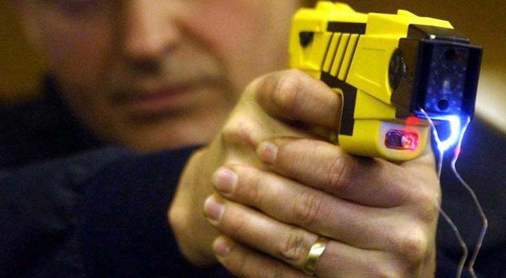 Les policiers ont fait usage de leur pistolet à impulsion électrique en mode contact - illustration