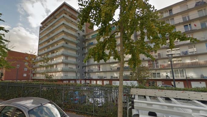 La jeune fille est tombée du cinquième étage de l'immeuble qui abrite le domicile familial  - illustration