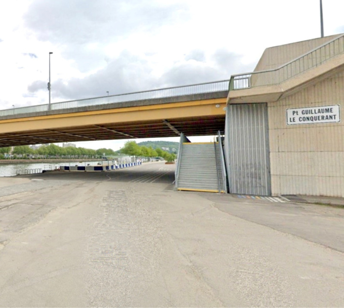 Le corps a été retrouvé près de cet escalier sur le quai en contrebas du pont Guillaume-le-Conquérant, sur la rive gauche de Rouen - Illustration © Google Maps