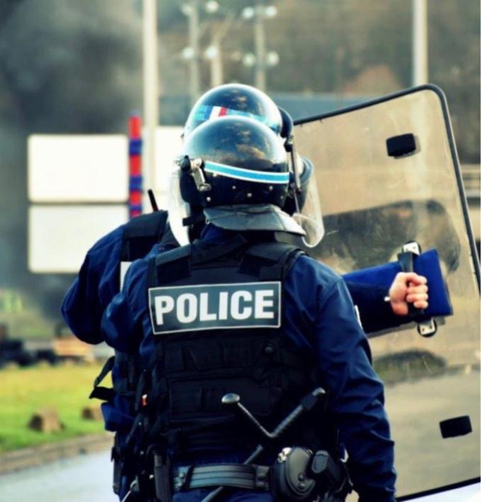 Les forces de l'ordre ont essuyé des jets de projectiles : elles ont répliqué à coups de LBD et de grenades lacrymogènes - illustration @ DDSP76