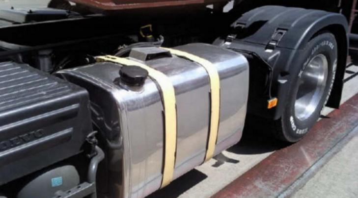 Les voleurs étaient en train de siphonner les réservoirs de camions quand ils ont été repérés par le gardien de nuit - illustration