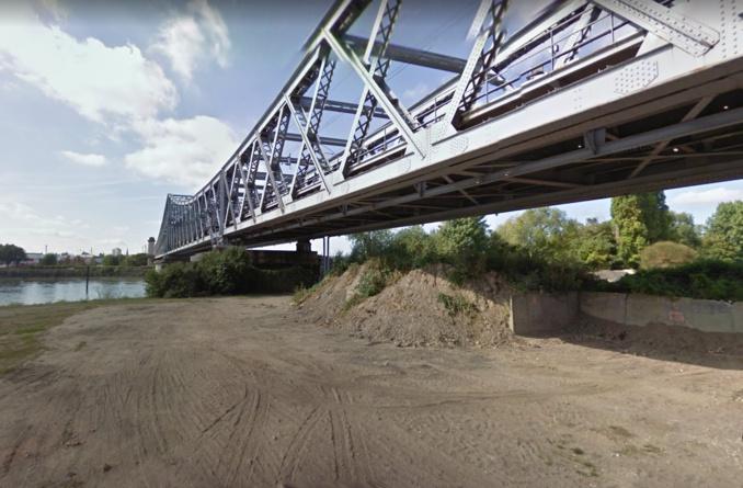 La femme a été retrouvée dans un buisson en bordure de la Seine, au bout de l'île Lacroix, après avoir fait une chute depuis le viaduc - Illustration @ Google Maps