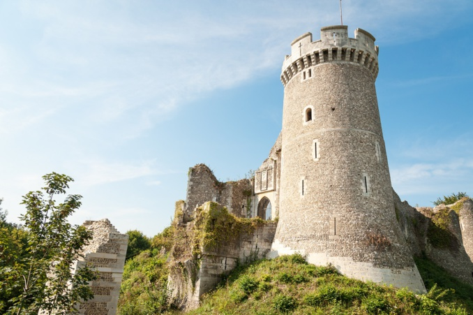 L'homme était à califourchon sur un mur de la tour, quand les forces de l'ordre sont arrivées - Illustration © AdobeStock