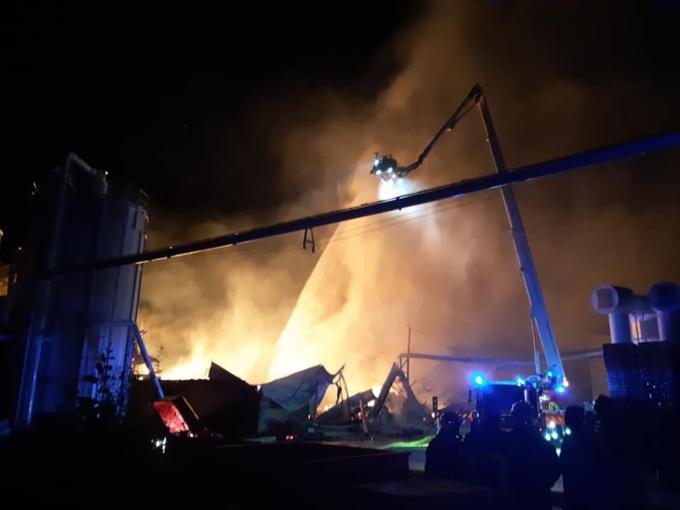 Le bâtiment était embrasé à l'arrivée des sapeures-pompiers - Photo © Nicolas Bertrand/maire des Grandes-Ventes/Facebook