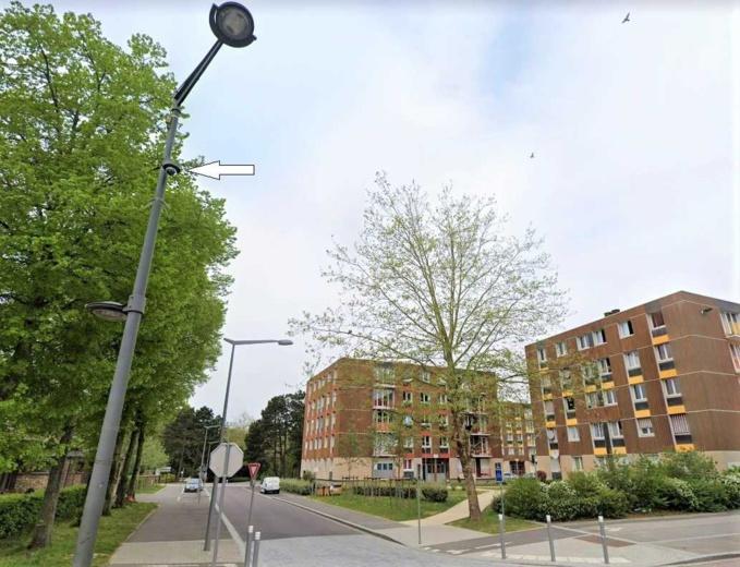 Les jeunes gens s'étaient attaqués à l'aide d'une disqueuse à la base de ce poteau d'éclairage où est installée une caméra vidéo-surveillance (flèche) - Illustration © Google Maps