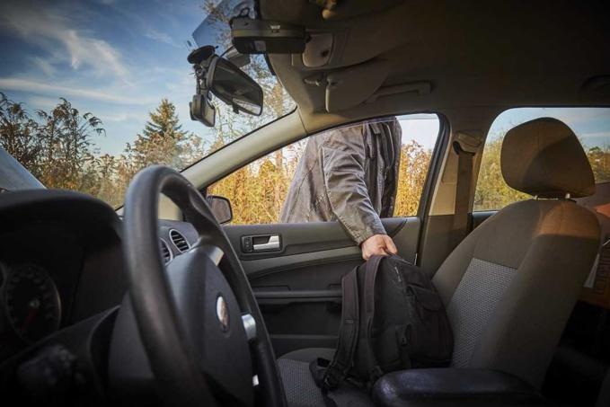 Le roulottier faisait main basse sur les sacs et sacoche contenant argent, carte bancaire et téléphone - illustration © iStockphoto