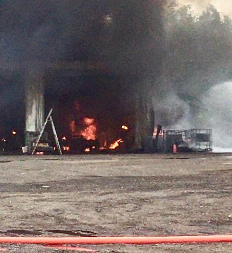 Le hangar a été ravagé par les flammes - photo @ ville d'Igoville/Twitter
