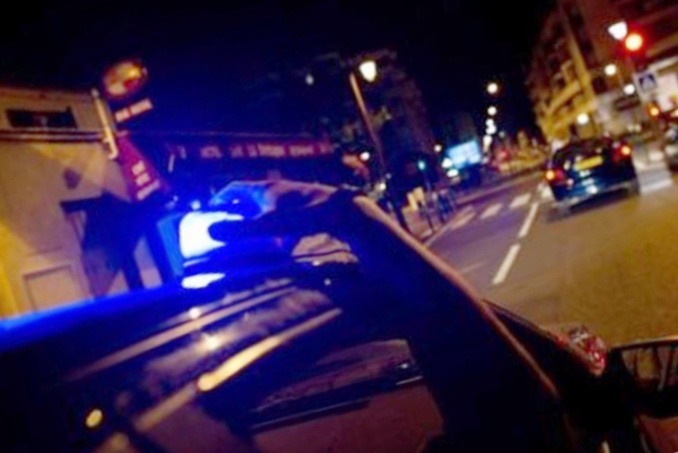 Le jeune homme a tenté de se cacher contre un échafaudage en voyant la police - Illustration