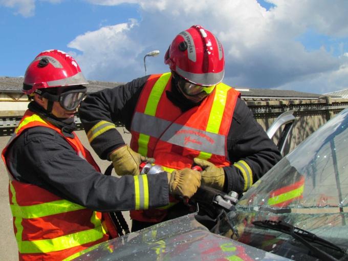 Les sapeurs-pompiers ont dû procéder à la désincarcération de la victime bloquée dans son véhicule - Illustration © Kbrt/AdobeStock