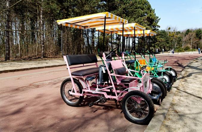 La rosalie est un quadricycle à pédales. Le vélocipède est proposé à la location durant la saison touristique à Rouen   - Illustration © Adobe Stock