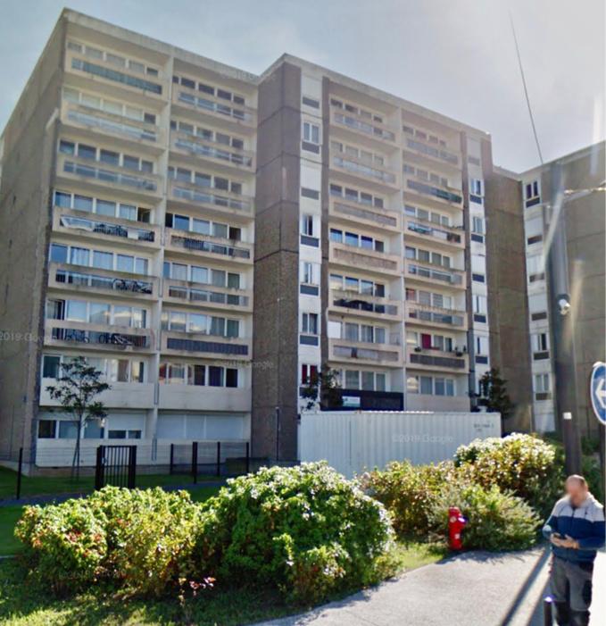 Des dalles en goudron se sont enflammées alors que des ouvriers procédaient à des travaux de réfection sur le toit de l'immeuble de 7 étages - Illustration