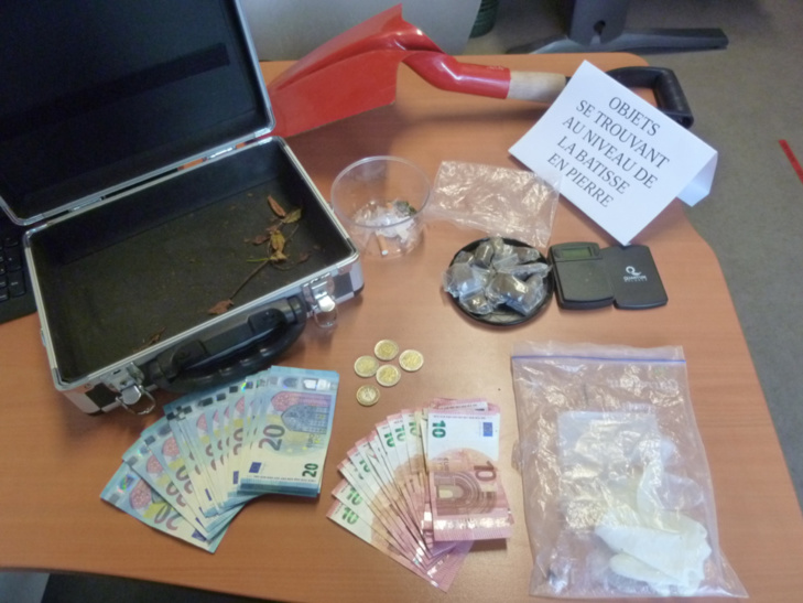 Dans la malette des suspects, les enquêteurs ont découvert de la résine de cannabis et une coquette somme en argent liquide - Photo @ DDSP78