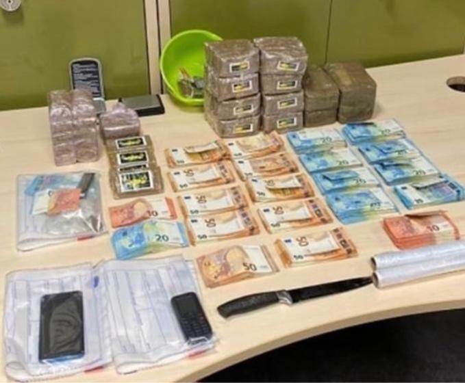 7,5 kg de résine de cannabis et une importante somme d'argent provenant du trafic ont été saisis au domicile du principal mis en cause - photo @ DDSP76
