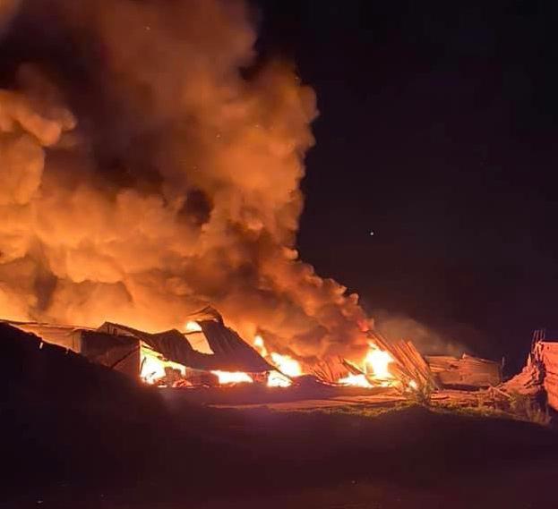 Le feu dont l'origine est pour le moment indéterminée a embrasé un bâtiment de 4 000 m2 dans la nuit - Photo @ Bastien Coriton, maire de Rives-en-Seine/Facebook