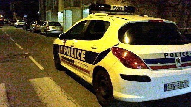 Aux Mureaux, une voiture de police a été endommagée par des jets de pierres crue Molière - Illustration