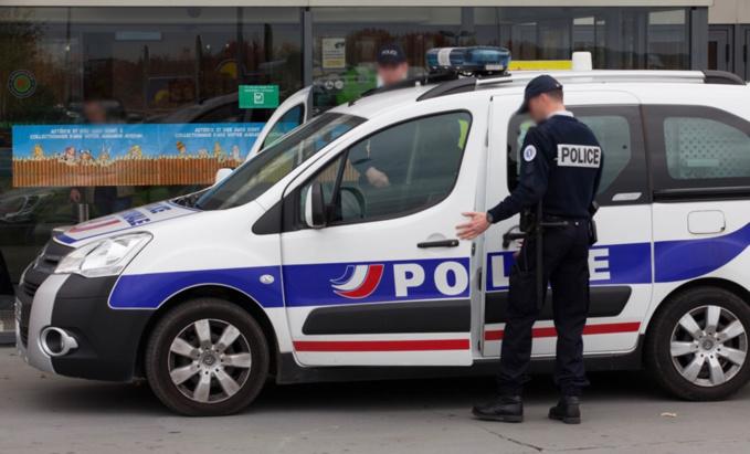 La voiture de police a été la cible de jets de projectiles - Illustration